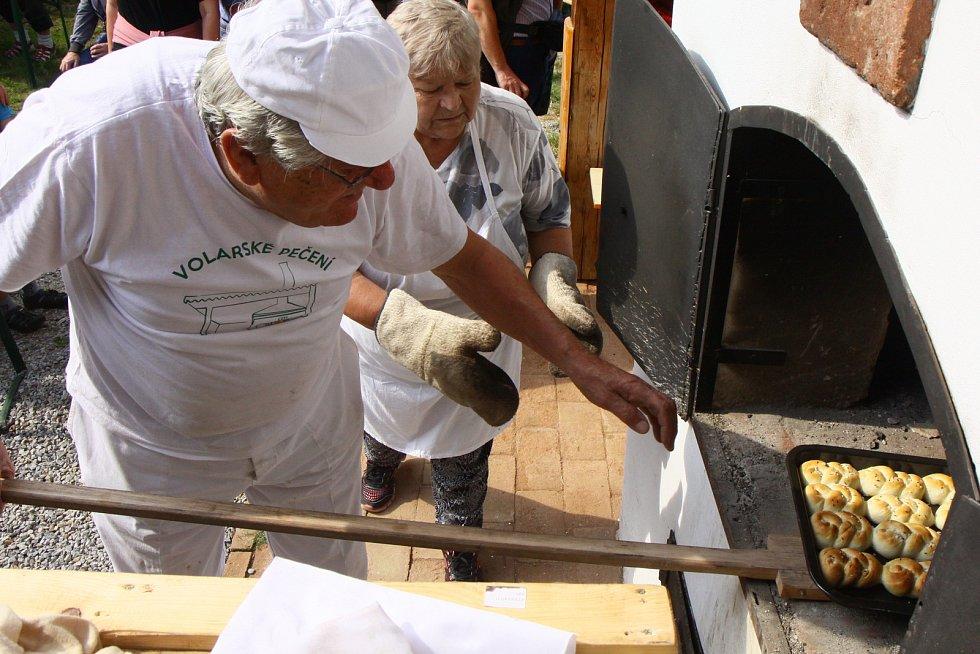 Pečení v nové peci ve Volarech.