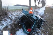 Řidička peugeotu nedodržela bezpečnou vzdálenost a zezadu narazila do fordu.