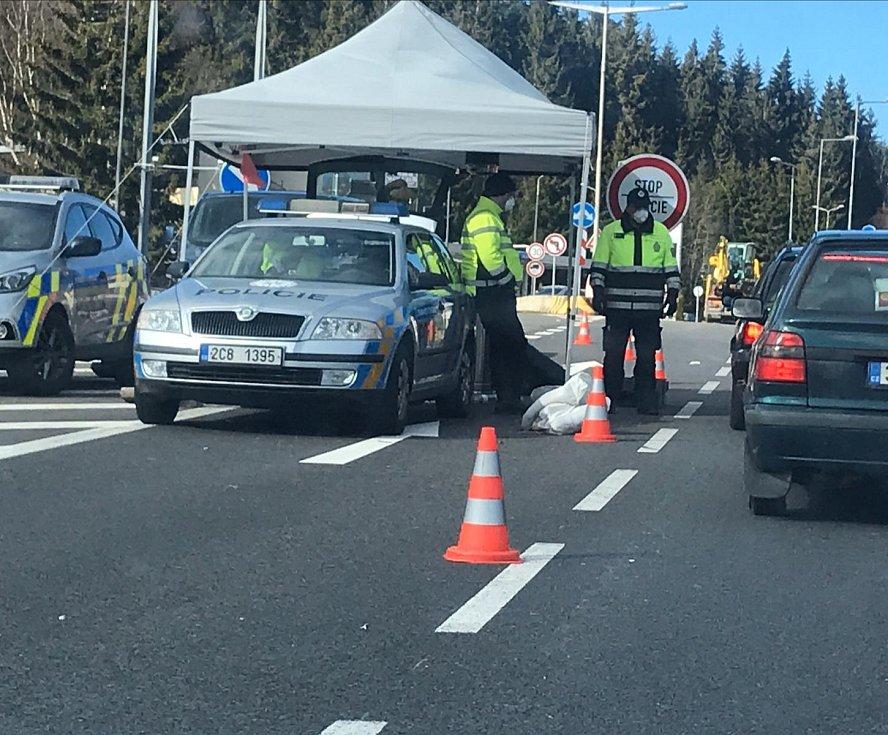 Mnohakilometrová kolona a dlouhé čekání se tvoří na hraničním přechodu s Bavorskem ve Strážném na Prachaticku. Policisté kontrolují řidičům teplotu a rozdávají letáky ke koronaviru. Od soboty do Německa projedou jen pendleři s potvrzením.
