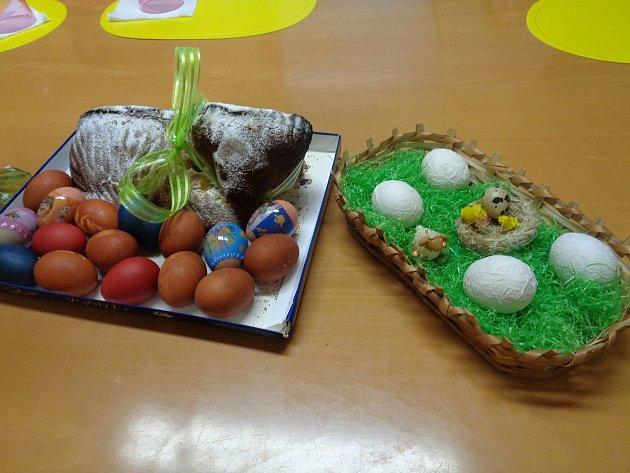 Smyslová aktivizace vpodobě vzpomínek na velikonoční tabuli. Foto poskytla: Hana Vojtová