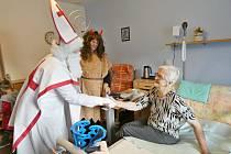 Do prachatického Hospicu sv. J. N. Neumanna zavítal Mikuláš v doprovodu anděla a čertů.