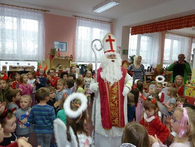 Mikulášskou nadílku si užívaly děti se svými učitelkami v MŠ Zahradní v Prachaticích.