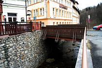Zlatý most v Pasovské ulici má opravit společnost Lesostavby Třeboň. Nesehnala ale včas potřebné profily a radní jí vyhověli a termín opravy posunuli.
