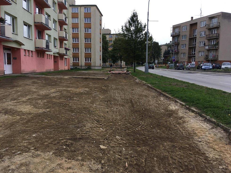 Horkovod ve Slámově ulici je z velké části pod zemí. Zbývá opravit vodovod, a proto zůstala část výkopů odkrytá. Pak přijdou na řadu chodníky u domů.