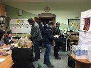 Za první tři hodiny prezidentských voleb volila v šumavské Kvildě zhruba stovka lidí. Valná většina z nich s voličským průkazem.