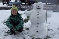 Na cestě ze školy domů jsme se synem postavili sněhuláka, časy se mění a místo májky teď budou sněhuláci. Byl zrušen i tradiční běh čarodějnic v parku, který pořádá Sokol Stachy, neb v zimě čarodějnicím košťata nefungují.