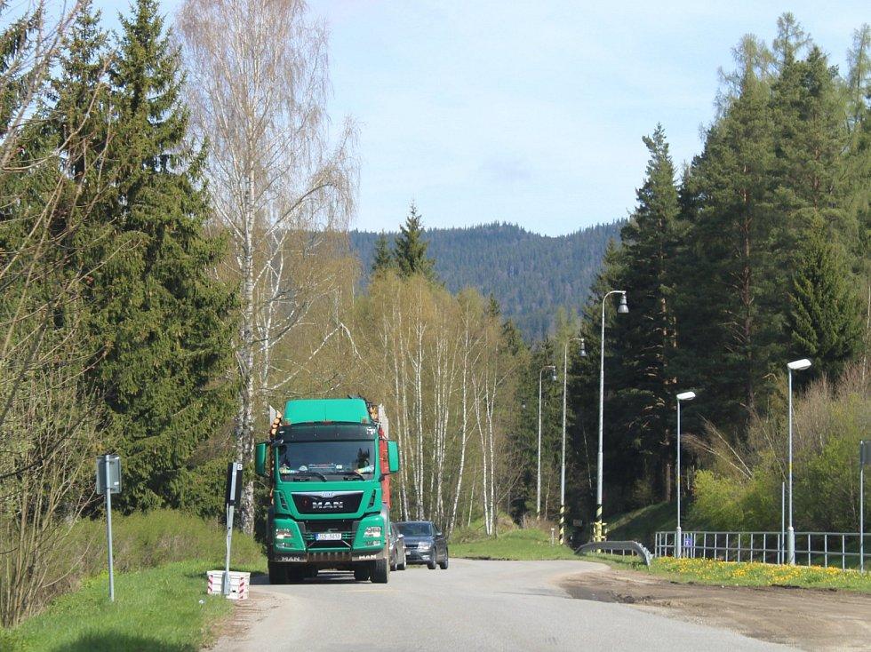 Přes Zátoň musejí řidiči od hraničního přechodu Strážný do Horní Vltavice.