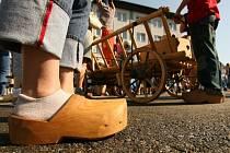 Dřevěné obutí všeho druhu klapalo v neděli na volarském náměstí.