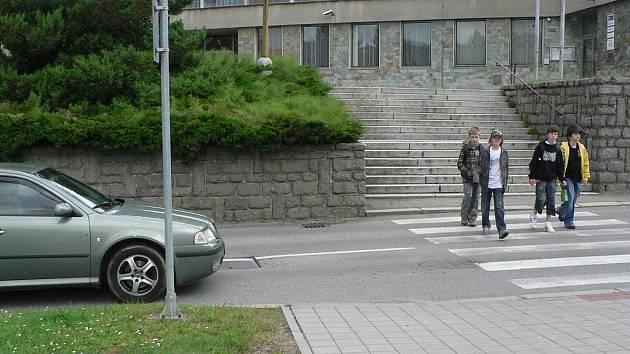Jeden z nebezpečných přechodů se nachází přímo pod budovou Policie ČR v Prachaticích.