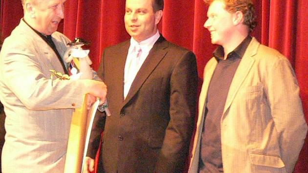Vítězům Štítu předával ceny prachatický starosta Jan Bauer.