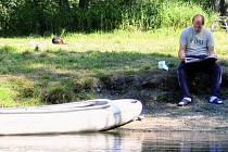 BUDE ČAS NA JINOU ZÁBAVU. Na Soumarském mostě budou mít vodáci zřejmě dostatek času k přečtení novin. Podmínky pro splouvání je zde na Vltavu v létě zřejmě nepustí.