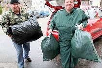 Oblečení, které doma překáží, pomůže dalším lidem. Svezené pytle projdou vytříděním, věci, které už nejdou použít, nechá firma zrecyklovat.