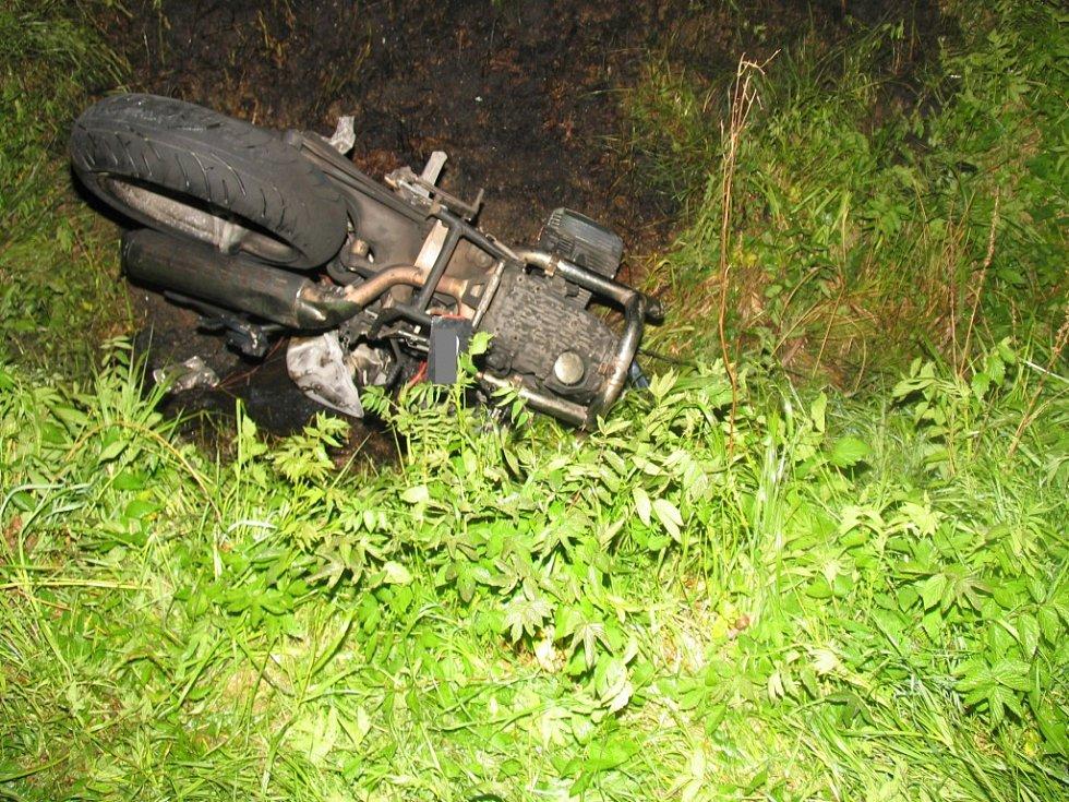Smrtí mladého motocyklisty skončila nehoda na přejezdu ve Čkyni.