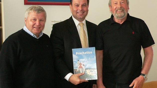 Starosta J. Bauer přivítal H.J. Gärtnera v Prachaticích. Vlevo J. Kunz.