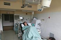 V prachatické nemocnici jsou k dispozici dva plně vybavené porodní sály. K nim patří i pokoje, kde tráví rodičky první dobu porodní. Ivana Bušková tu přivedla na svět v září i svého druhého syna Šimona.