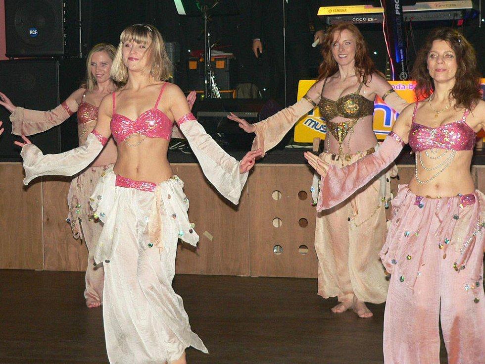 Do kola bez kola bylo letos v režii orientálních tanců.