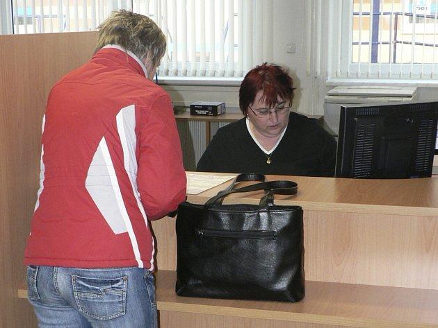 Celkem sto jedenáct nezaměstnaných lidí požadovalo v červenci po úřadu práce místo montážního technika. Ilustrační foto.
