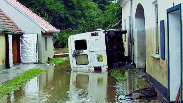 OBROVSKÁ SÍLA. Voda měla takovou sílu, že dokázala odnést a převrátit nákladní vozidlo.