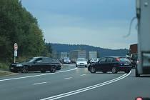 Páteční cesta z Německa se pořádně protáhla. U Strážného stály stovky aut hodinu před semaforem ve dvou pruzích. Někteří z nich hledali jinou cestu a otáčeli se.