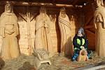 K tradiční vánoční výzdobě ve Volarech už patří vyřezávaný dřevěný betlém s figurami v životní velikosti.