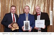 Robert Huneš (uprostřed) převzal cenu pro neziskovku roku 2019. Je jí Hospic sv. Jana N. Neumanna Prachatice.