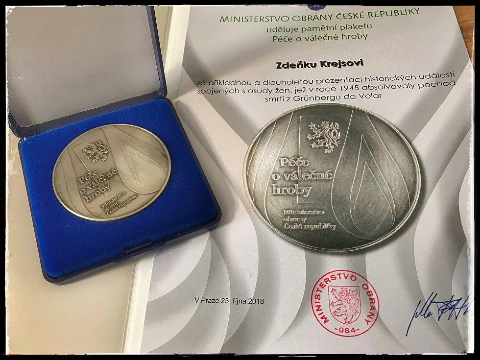 Jaroslava Krejsová z Volar a její vnuk Zdeněk z Prachatic získali plaketu za péči o válečné hroby