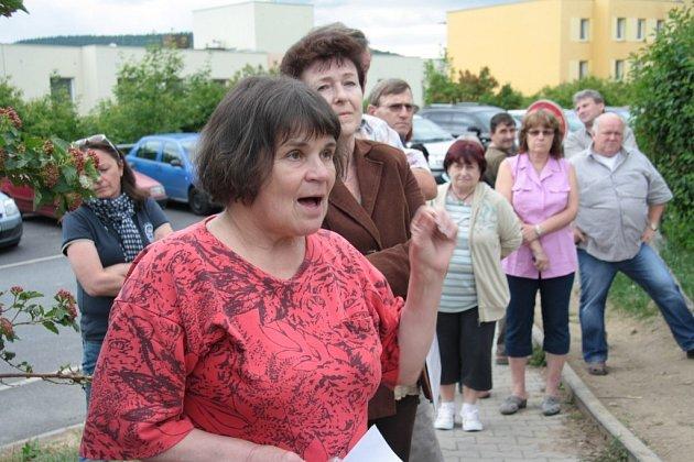 Za obyvatele domu čp. 453vyjádřila nesouhlas svedením přístupové cesty na pozemky Matouškových Vladimíra Fridrichová Kunešová. Silnici, která by vbudoucnu měla vést vblízkosti jejich domu, jeho obyvatelé nechtějí.
