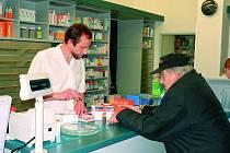 V LÉKÁRNÁCH SE PLATÍ. Regulační poplatky se netýkají zařízení, která jsou provozována Jihočeským krajem. V soukromých ordinacích a lékárnách ale stále platí jednotlivec, což mnoha pacientům připadá velice neobjektivní.
