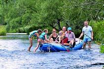 RAFTY UŽ NE! Splouvání horního toku Teplé Vltavy už na raftech zřejmě nebude možné. Pokud bude chtít rodina vyrazit na řeku, budou muset stačit kajaky či kanoe.