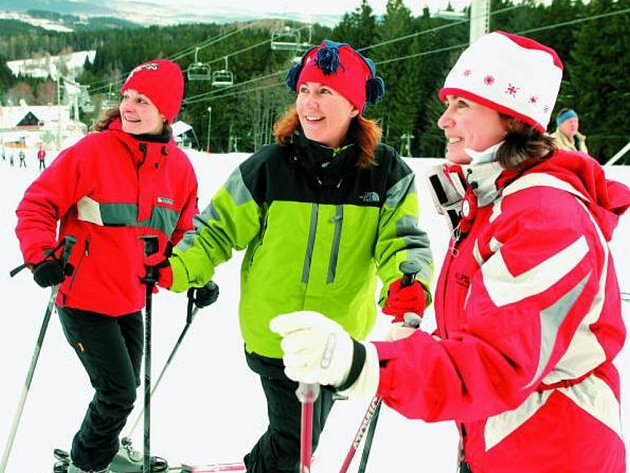 28. listopadu lyžovaly v šumavském areálu Kobyla na Zadově poprvé v této sezoně také tyto tři zimní grácie (odleva) Jana Šulcová, Lenka Kröpfelová a Iva Chmelová, všechny z Třeboně.  Zadov nabídl i večerní jízdy a čeká, zda přibude přírodní či umělý sníh.