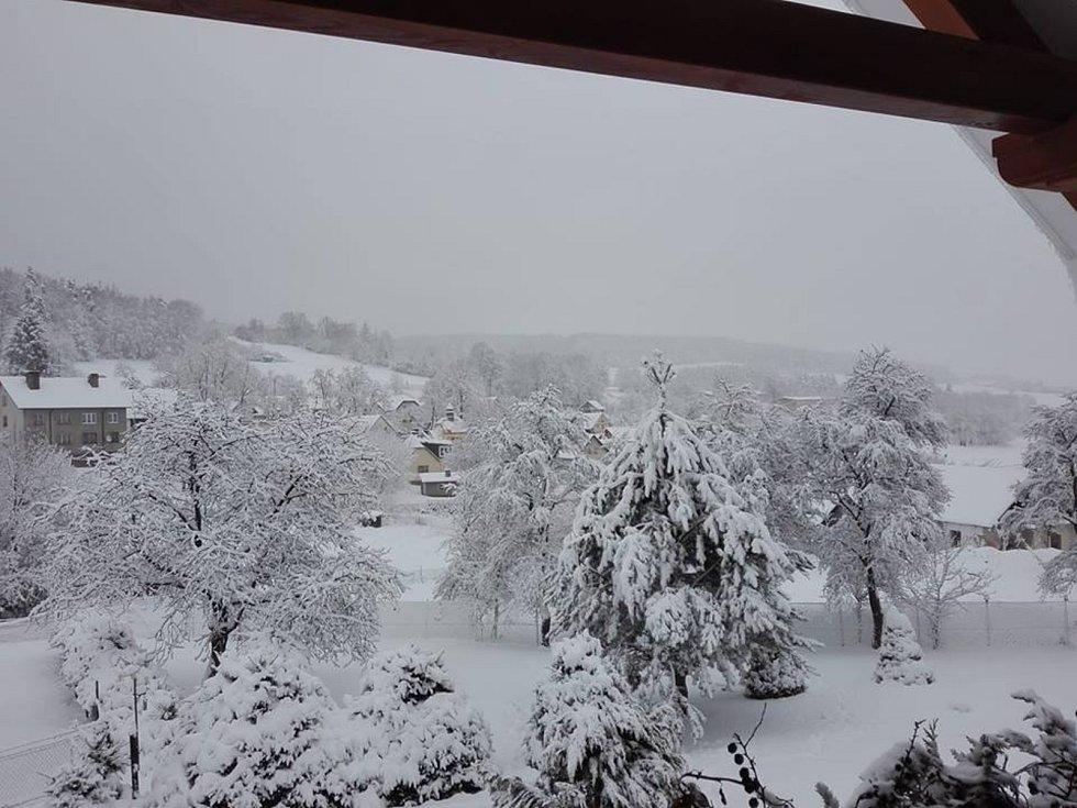 Pohled na zasněženou obec Žár na Prachaticku.