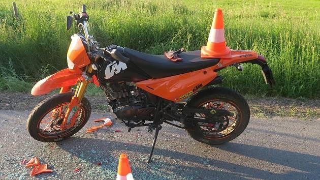 Zraněná motocyklistka skončila v péči lékařů.