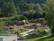 Stavba hřiště pro hokejbal a plochy pro bruslení v parku Mládí v Prachaticích.