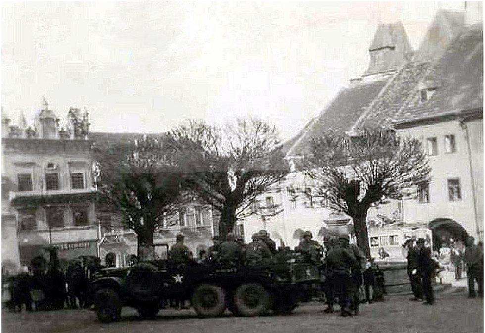 Květen 1945 Dodge WC 62 (či 63) na náměstí. Fotografie z Diplomové práce Mgr. Pavla Študlara Prachatickému deníku poskytl Emil Nachlinger z Těšovic