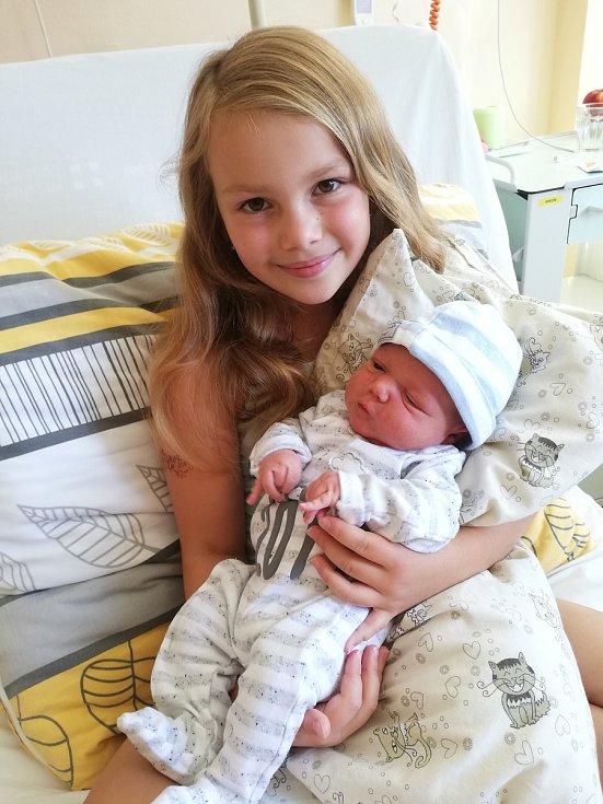 MATYÁŠ MRÁZ, PRACHATICE.Narodil se ve čtvrtek 15. srpna v 7 hodin a 47 minut v prachatické porodnici. Vážil 3600 gramů. Má brášku Adama (14 let) a sestřičku Karin (8 let). Rodiče: Lucie Hýsková a Zdeněk Mráz.