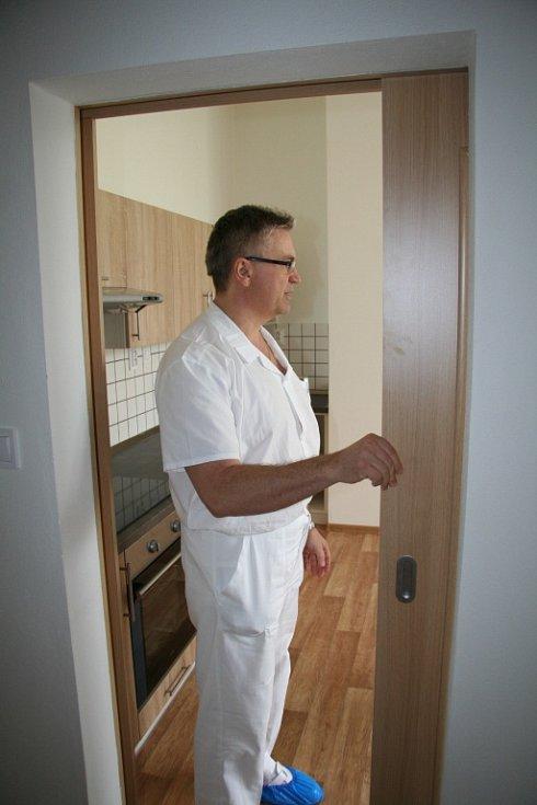 V budově je pět firemních bytů, ty nemocnice otevřela spolu se školkou.