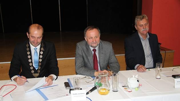 Nově zvolený starosta města Prachatice Martin Malý a místostarostové Jan Klimeš a Miroslav Lorenc.
