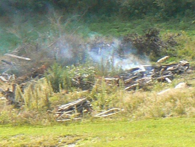 Jednotka hasičů provedla v sobotu průzkum místa, ze kterého vycházel kouř z lesního porostu. Ilustrační foto.