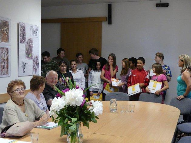 Mezigenerační setkání seniorů a dětí ze základní školy.