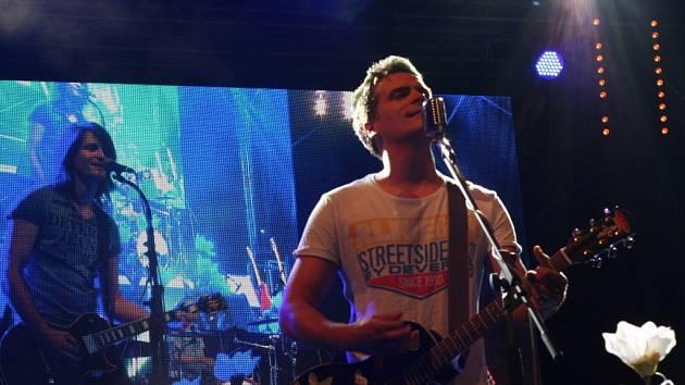 První kapelou pátečního večerního programu Slavností Zlaté stezky byli pardubičtí Sabrage s frontmanem Juliánem Záhorovským.