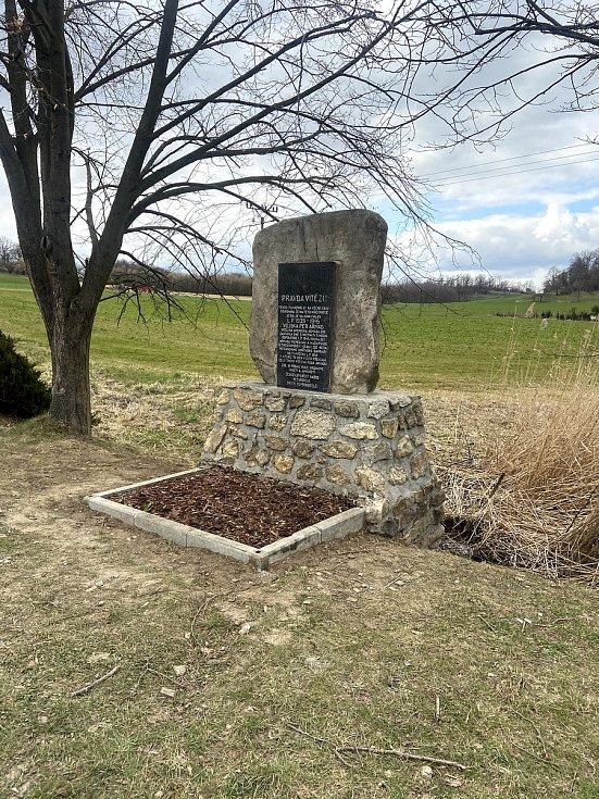 Pomník Setkání pěti armád U Stopařky je opravený, ještě chybí železné zábradlí.