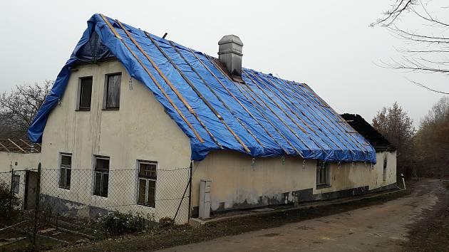 Statek ve Vitějovicích po provizorním zakrytí střechy.