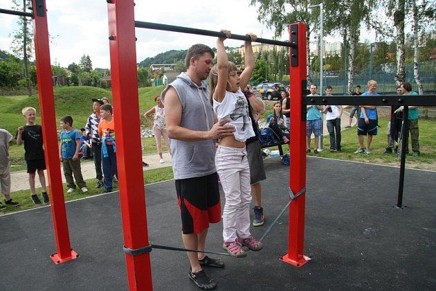 Ve Vimperku otevřeli vpátek 10.června nové hřiště pro street workout. Je první svého druhu na Prachaticku. Nové hřiště si mohli vyzkoušet iVimperáci bez rozdílu věku.