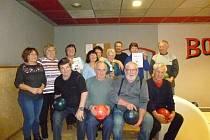Senioři se vydali na bowling.