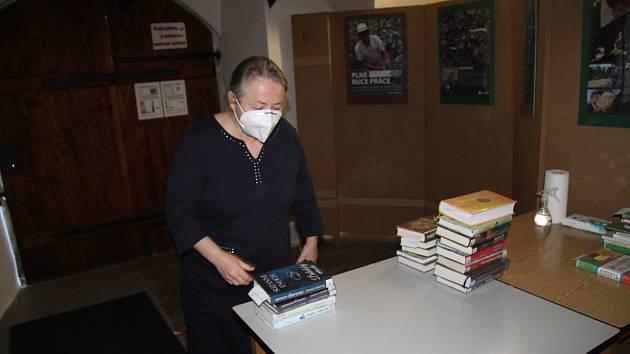 Bezkontaktní půjčování knih v prachatické knihovně. Ilustrační foto.
