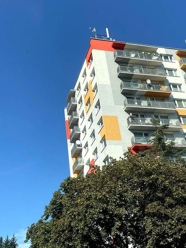 Kamera na věžáku, která vidí do ulice Zvolenská.