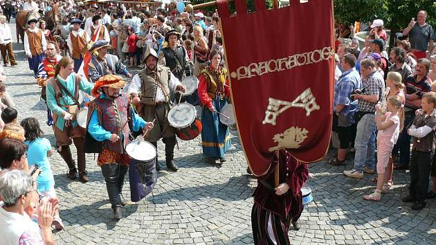Je sobota 26. června a Prachatice se probudily do slunného druhého dne Slavností solné Zlaté stezky.