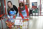 Nikola Kotrcová a Lucie Šlosarová, dobrovolnice Farní charity prachatice.