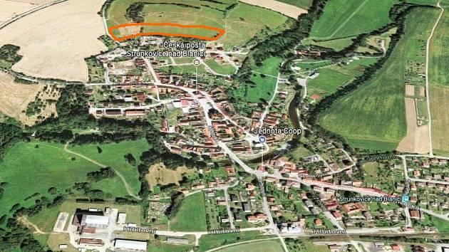 Lokalita Na Hořicích ve Strunkovicích nad Blanicí (v horní části snímku červeně označená) by měla být v budoucnu plná novostaveb.
