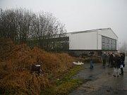 Nebezpečné látky se neskladují pouze v uzavřených stavebních objektech. Na Starostka Lhenic Marie Kabátová provedla ministra životního prostředí větší části areálu, který ukrývá nejen více než 720 tun toho nejtoxičtějšího odpadu.